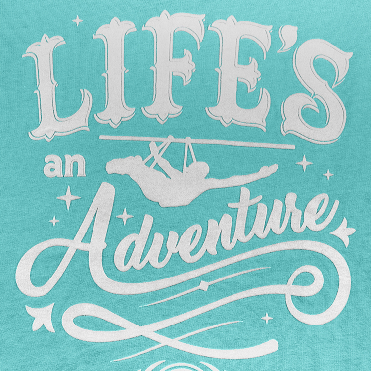 detalle de estampado de playera para mujer life is an advendure
